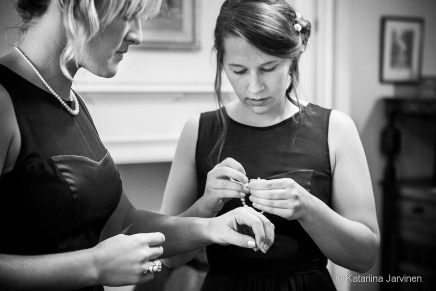 Bridesmaids getting ready - reportage wedding photos
